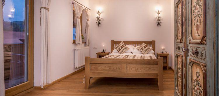 suita de familie cu pat confortabil de la Hanul Vatra