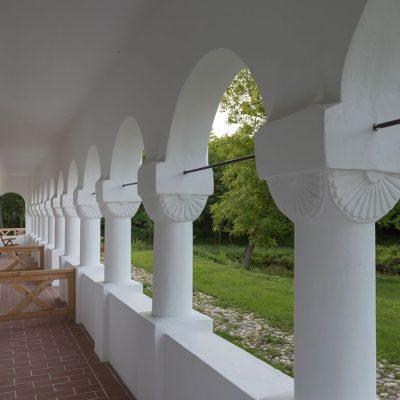 coloane traditionale Hanul Vatra